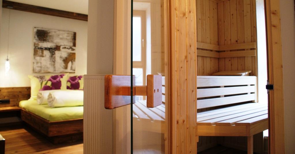 Schlafzimmer-Sauna-Ferienwohnung-Kronplatz